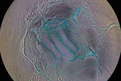 Si usted se ubica en el polo sur de Encelado, la luna helada de Saturno,  estará de pie sobre una colina con vistas a una zanja de ... 41b5d18fb6